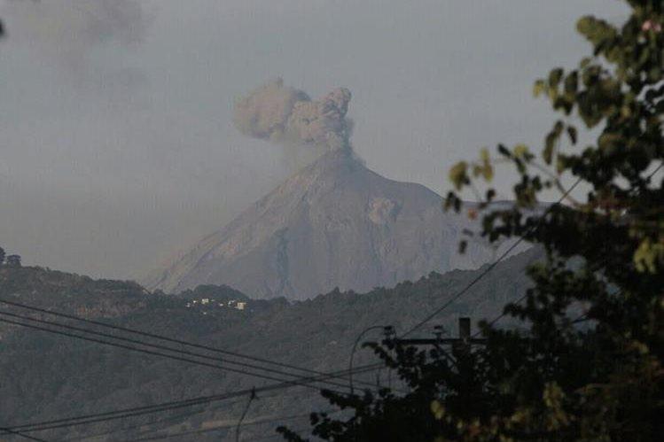 Volcán de Fuego lanza fumarolas visibles desde varios puntos de Guatemala, Chimaltenango, Escuintla y Sacatepéquez. (Foto Prensa Libre: Érick Ávila)