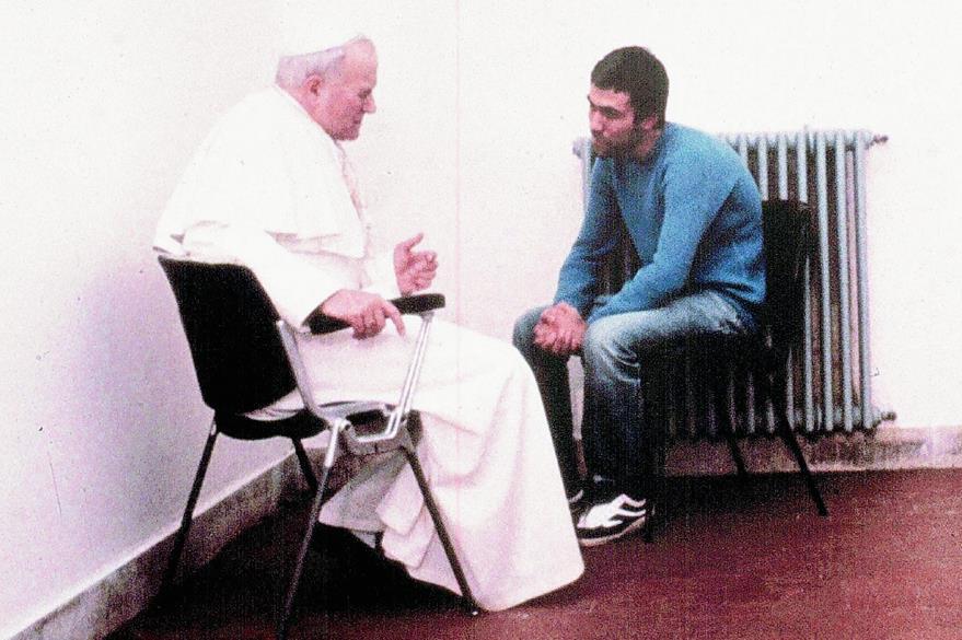 Juan Pablo II y Ali Agca en 1983, dos años después del atentado. (Foto Prensa Libre: EPA)