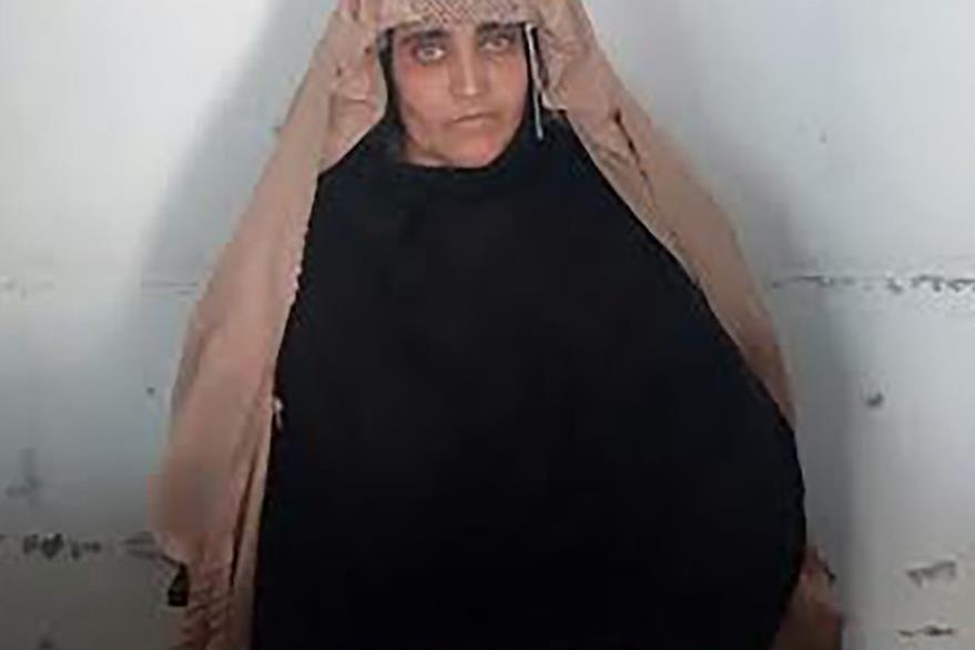 """Sharbat Gula,  """"la niña afgana"""" de los grandes ojos verdes, fue detenida el miércoles en Pakistán. (Foto Prensa Libre: AFP)."""