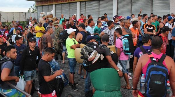 Inmigrantes cubanos esperan ser ubicados en hoteles, en Paso Canoas, Panamá.