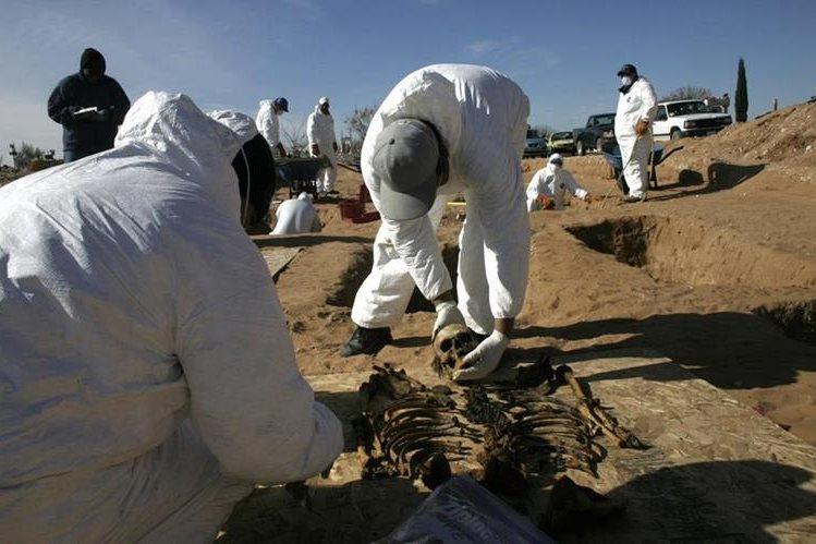 Forenses realizan exhumaciones de cadáveres en una fosa común del panteón municipal de Ciudad Juárez en el estado mexicano de Chihuahua. (EFE)