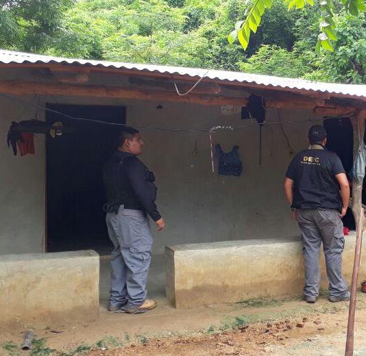 Agentes de la División Especializada en Investigación Criminal en allanamientos ejecutados en Gualán, Zacapa. (Foto Prensa Libre: PNC)