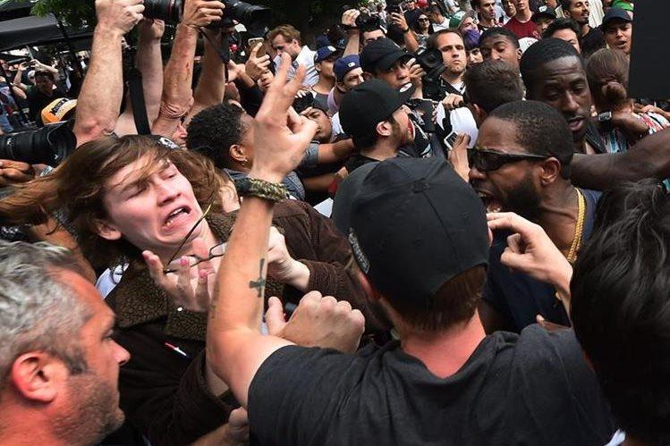 Estadounidenses que rechazan a Trump se enfrentan a policías, en San Diego, California. (Foto Prensa Libre: AFP)