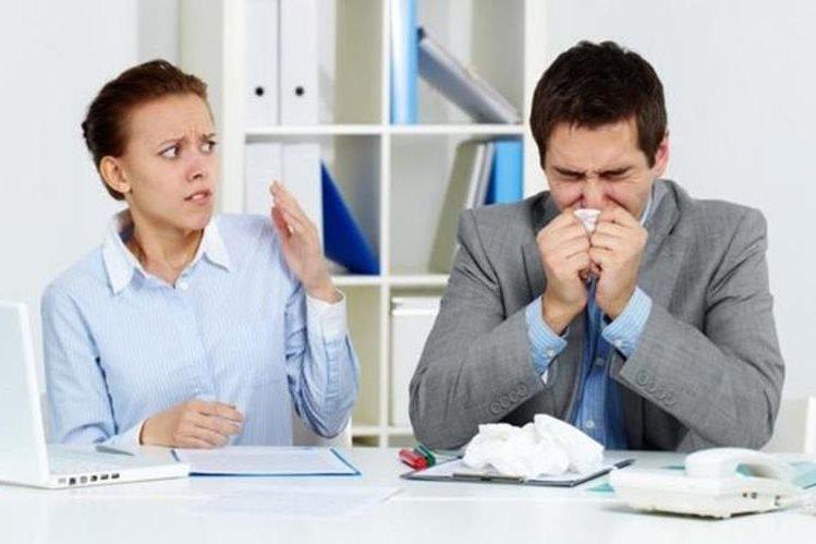 Puede que te parezca un pequeño resfriado, pero si vas a la oficina puedes terminar provocando una verdadera epidemia. (THINKSTOCK)