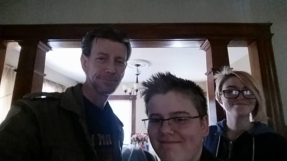 Una de las últimas fotografías de Daniel junto a su padre y su hermana previo a ir a un concierto. (Foto: Facebook/Daniel Fitzpatrick).