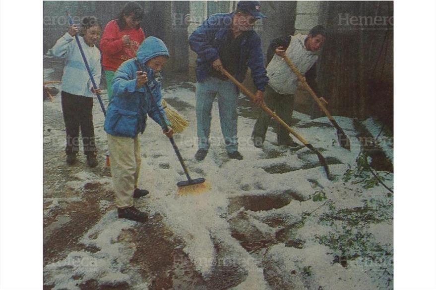 Con palas vecinos de Chimaltenango se dieron a la tarea de despejar el camino que se vio obstruido por el granizo  22/12/2000. (Foto: Hemeroteca PL)