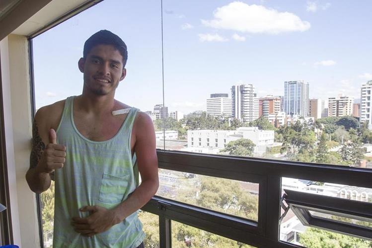 Carlos Salvador Estrada se recupera de la fractura en la clavícula y estará dos meses fuera. (Foto Prensa Libre: Norvin Mendoza)