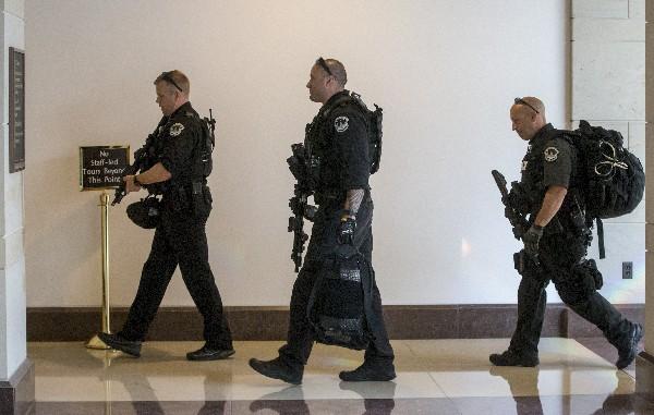 La Policía del Congreso ingresa durante la amenaza de una balacera. (AP).