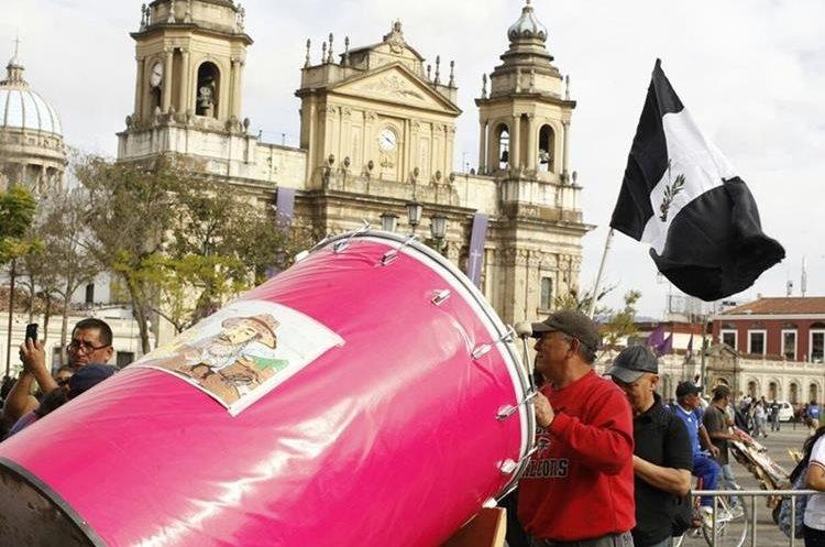 Guatemalteco indignado por situación del país protesta en la Plaza con la ayuda de un gran tambor.