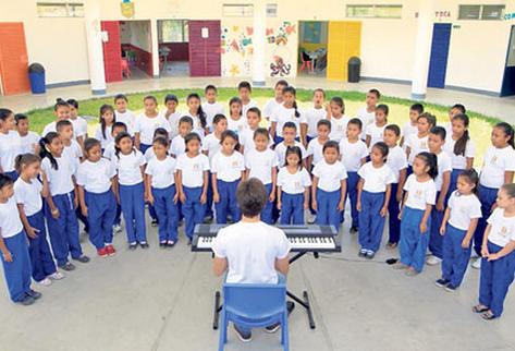 El maestro Abrham Luis Paula, cubano, dirige al coro de la escuela que participará en el festival del 5 de septiembre.