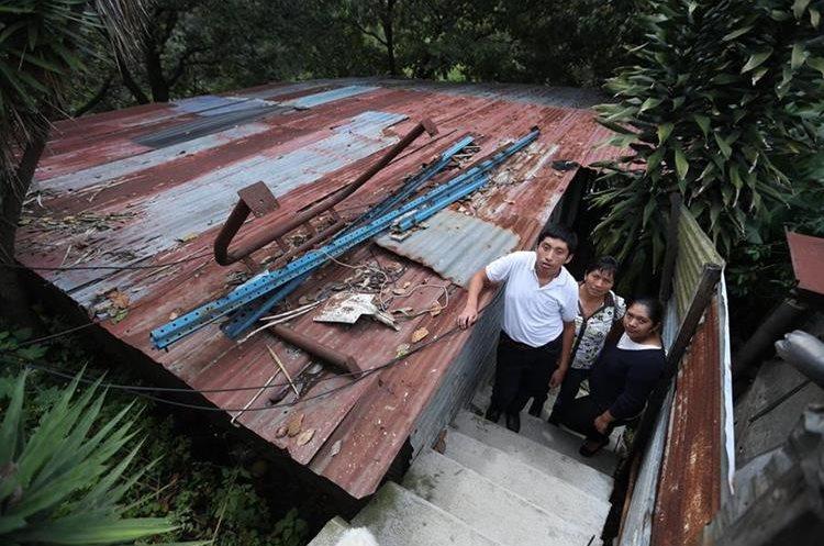 Irving junto a su mamá -al centro- y hermana en la vivienda donde viven a la orilla de un barranco.