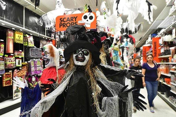La demanda de disfraces en Estados Unidos son parte de los preparativos para celebrar Halloween. (Foto Prensa Libre: AFP)