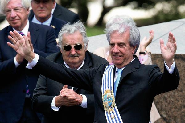 El presidente de Uruguay, José Mujica, saluda a los asistentes a la ceremonia de cambio de mando, atras, el mandatario saliente José Mujica quien salió con más del 60% de popularidad.