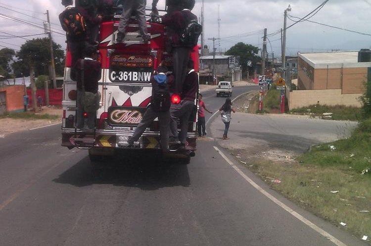 Estudiantes arriesgaron su vida al viajar de esta manera en un bus extraurbano.