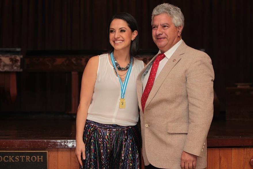 La medalla Antonio Almorza, por locución artística y teatro, recibió Tutti Furlán, de manos del comendador Giovanni Caridi, presidente de la Societá Dante Alighieri. (Foto Prensa Libre: Edwin Castro)