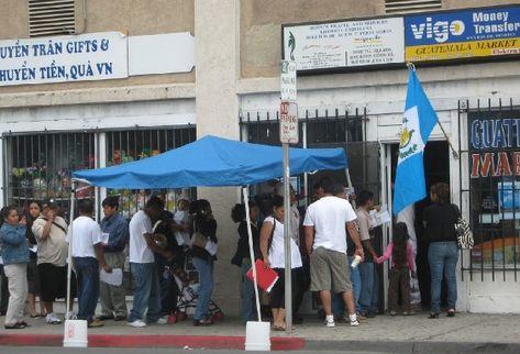 Migrantes guatemaltecos tramitan pasaporte en San Diego, California.