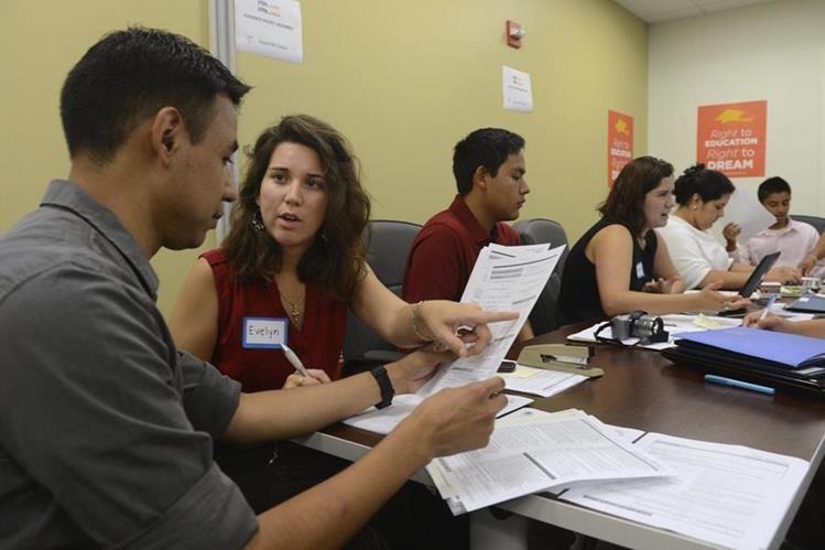 Jóvenes indocumentados llenan formularios para el programa de Acción Diferida.(AP).