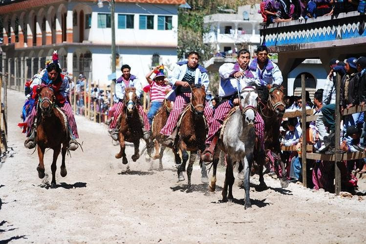 Pobladores de Todos Santos Cuchumatán, Huehuetenango, alquilan caballos para participar en La Carrera de las Ánimas, que se celebra cada 1 de noviembre. (Foto Prensa Libre: Mike Castillo)