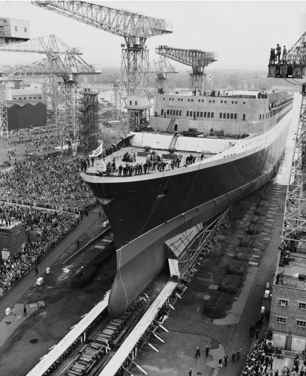 Miles de personas presenciaron la inauguración del enorme buque.CENTRAL PRESS