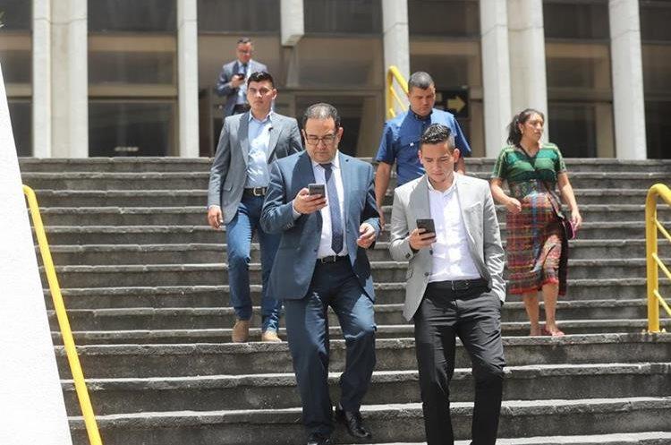 Samuel y José Manuel Morales, hermano e hijo del presidente Jimmy Morales, salen de Torre de Tribunales luego de que terminara la diligencia de hoy. (Foto Prensa Libre: Erick Avila)