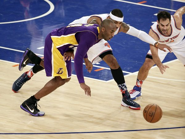 JSX03. New York (United States), 08/11/2015.- Los Angeles Lakers forward Kobe Bryant (L) fights for possession of the ball with New York Knicks forward Carmelo Anthony (C) and teammate New York Knicks guard Jose Calderon in the first half of the NBA game between the Los Angeles Lakers and the New York Knicks at Madison Square Garden in New York, New York, USA, 08 November 2015. (Baloncesto, Estados Unidos) EFE/EPA/JASON SZENES CORBIS OUT