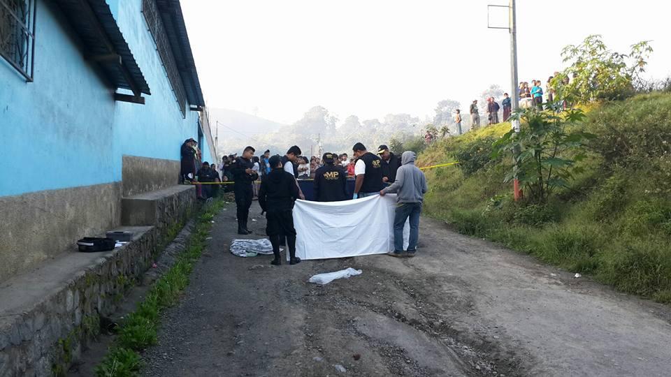 Fiscales del Ministerio Público revisan el cadáver de Oscar Isem, asesinado este sábado en Tactic, Alta Verapaz. (Foto Prensa Libre: Eduardo Sam)