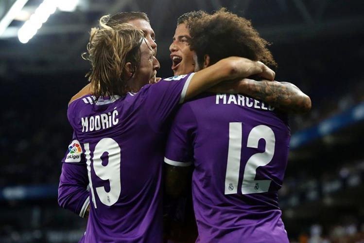 James celebra con sus compañeros el golazo que anotó esta noche en Cornellá. (Foto Prensa Libre: AFP)