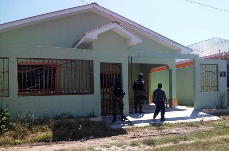 "Handout photo released by the Honduran Criminal Investigation Technical Agency of members of the Military Police as they take part in a raid at a house belonging to the Salvatrucha gang as part of the Avalanche operation in San Pedro Sula, 240 km of Tegucigalpa on February 23, 2016. Honduran authorities looking for new ways to combat gangs terrorizing the country are waging an operation called ""Avalanche"" to seize bank accounts, properties and even a small hospital from wealthy crime bosses. The police operation, which began February 23, is continuing with no defined end date.  AFP PHOTO / HONDURAN CRIMINAL INVESTIGATION TECHNICAL AGENCY (ATIC)"