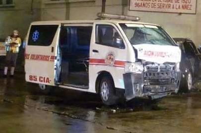 Ambulancia quedó dañada debido al impacto con el otro vehículo. (Foto Prensa Libre: Cortesía Bomberos Voluntarios).