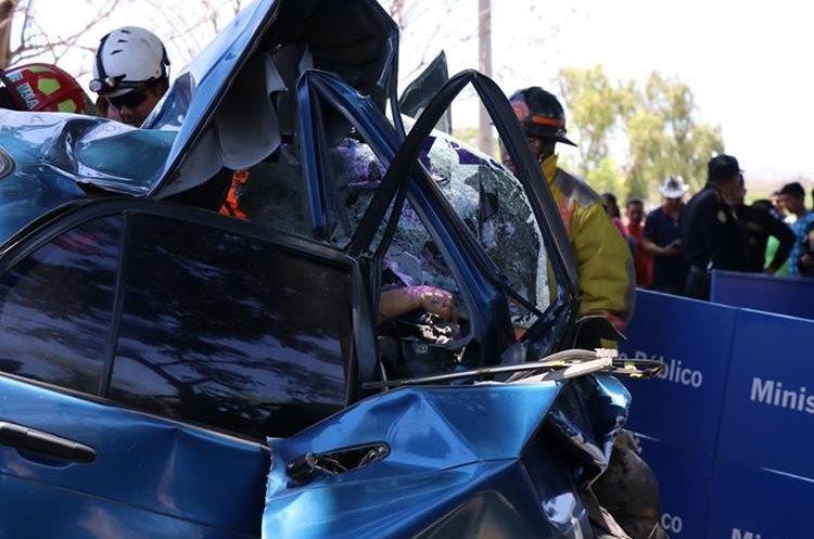 Bomberos utilizaron equipo especial para sacar los cuerpos del vehículo.(Prensa Libre: Hugo Oliva)