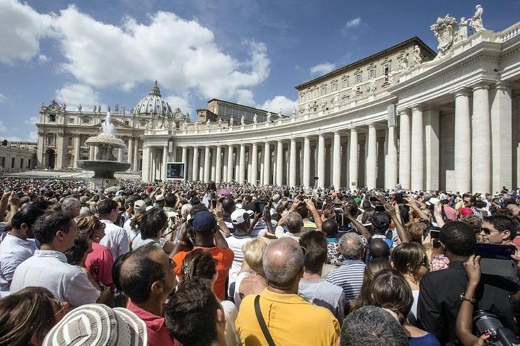 Entusiastas files escuchan la petición del Papa en la Plaza de San pedro. (Foto Prensa Libre: EFE)