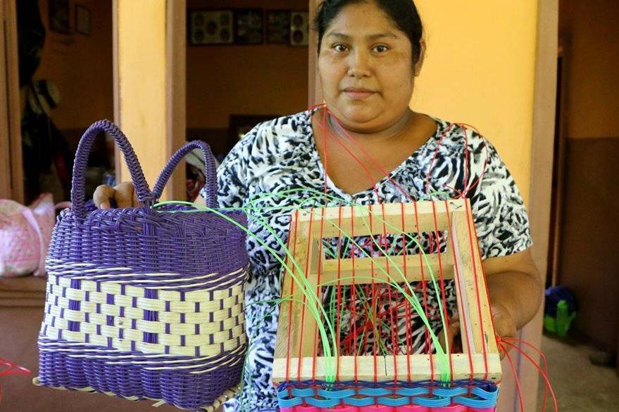 Una de las beneficiadas con el curso muestra las canastas elaboradas. (Foto Prensa Libre: Rolando Miranda)