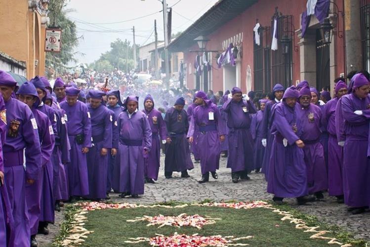 Cada año, cientos de personas se suman a los noviciados de las iglesias pensando en asistir, la siguiente Semana Santa (Foto Prensa Libre: Hemeroteca PL)