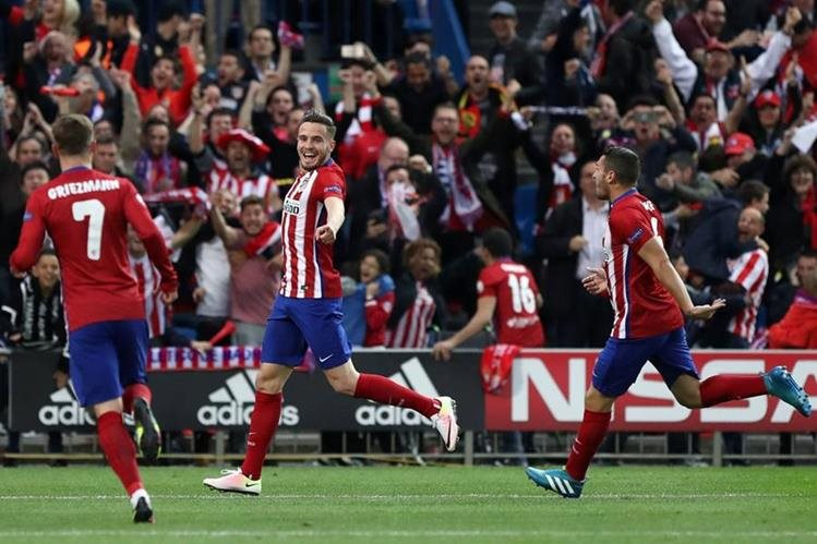 Los jugadores del Atlético de Madrid felicitan a Saúl Ñíguez después de anotar el gol que significó el triunfo para los colchoneros. (Foto Prensa Libre:AFP)