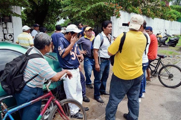 Algunas de las personas que resultaron afectadas por el gas lacrimógeno, en Retalhuleu. (Foto Prensa Libre: Jorge Tizol)