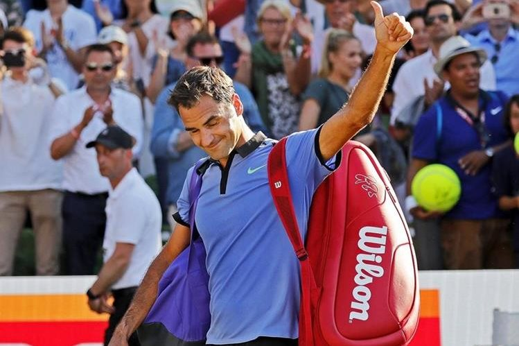 El tenista suizo Roger Federer cabizbajo, abandona la pista tras perder su partido de segunda ronda contra el alemán Tommy Haas. (Foto Prensa Libre: EFE)