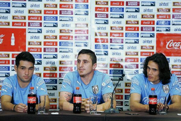 Los jugadores de la selección nacional de futbol de Uruguay Matías Lodeiro, Cristian Rodríguez y Edinson Cavani participaron ayer en una conferencia de prensa. (Foto Prensa Libre: EFE)