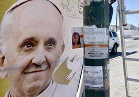 Un afiche del papa Francisco junto al de una joven desaparecida en Ciuda Juárez, Chihuahua, México. (Foto Prensa Libre: AFP).