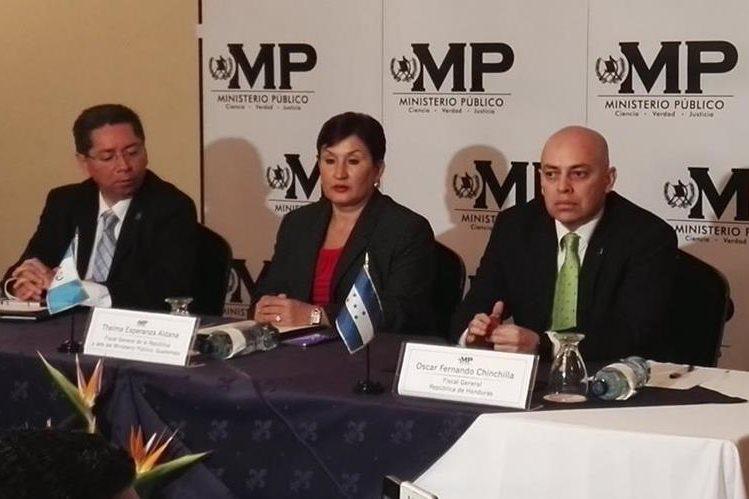 Titulares de los Ministerios Públicos de El Salvador, Guatemala y Honduras firmaron convenio para combatir las maras. (Foto Prensa Libre: Glenda Sánchez)