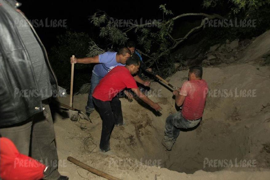 Samuel Morales Herrera pasó toda la noche intentando remover la tierra que cayó sobre su vivienda. (Foto Prensa Libre: Edwin Bercián)
