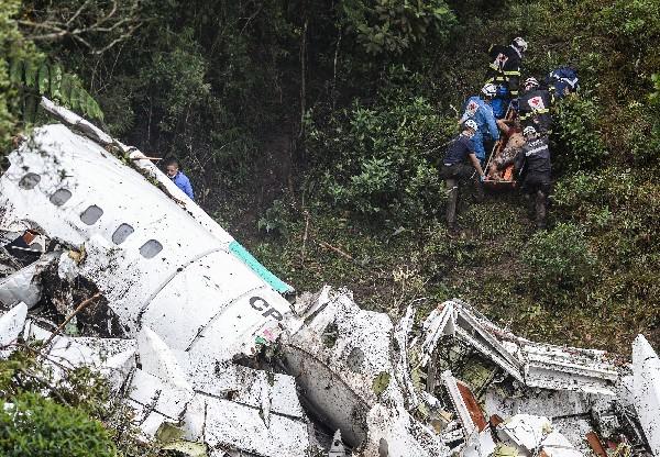 Rescatistas buscan a vítimas de accideten eéreo en Colombia. (AFP).