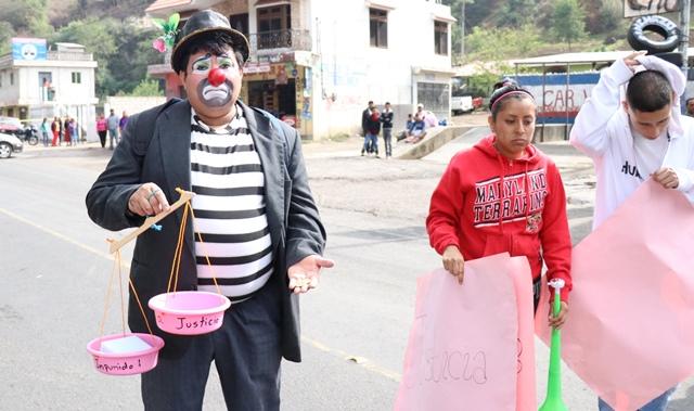 El payasito Panchito formó parte del grupo de manifestantes. Porta una balanza como símbolo para exigir justicia. (Foto Prensa Libre: María José Longo)