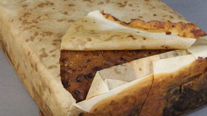 """La torta envuelta en papel de hornear que se encuentra en """"excelentes condiciones"""", 106 años después de haber sido dejada en una base científica en Antártica. ANTARCTIC HERITAGE TRUST"""