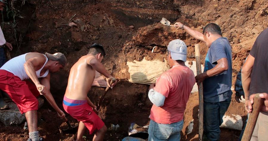 Socorristas y vecinos rescatan cuerpos de dos personas soterradas en comunidad de la zona 12 de Cobán, Alta Verapaz. (Foto Prensa Libre: Eduardo Sam Chun)