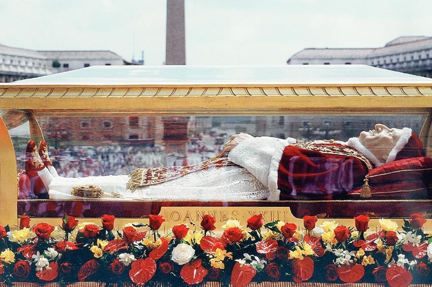Restos del papa Juan XXIII expuestos en 2001. (Foto Prensa Libre: AP)