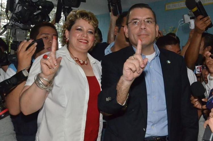 Manuel Baldizón junto a su esposa, luego de emitir su voto en las elecciones presidenciales del 2015. (Foto Prensa Libre: Hemeroteca)