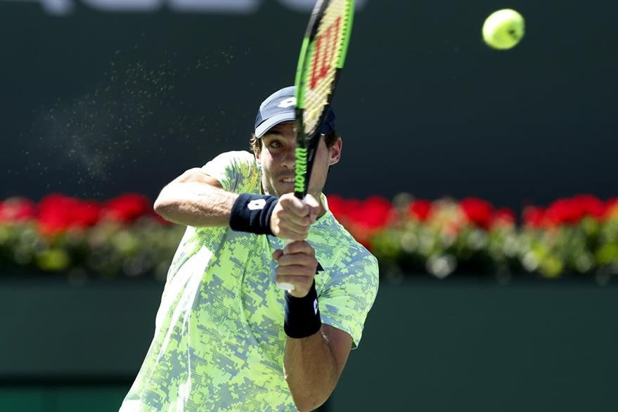 Guido Pella le devuelve la pelota a Rafael Nadal. (Foto Prensa Libre: EFE)