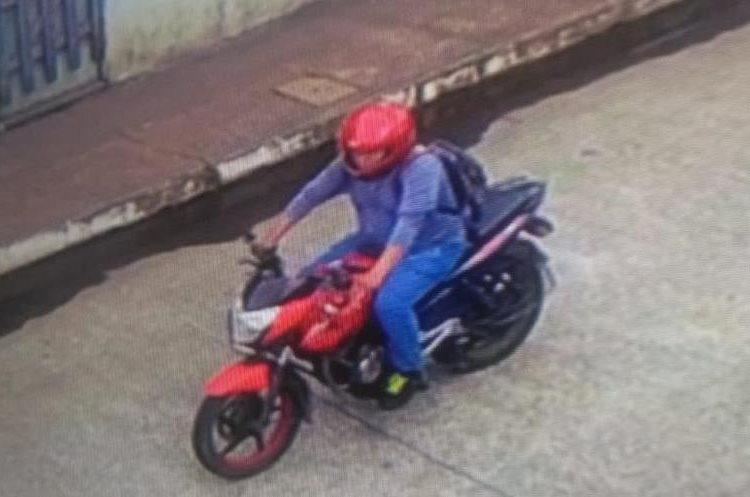 Imagen de video que muestra el momento en el que el atacante escapa de la escena del crimen. (Foto Prensa Libre: Cortesía PNC)