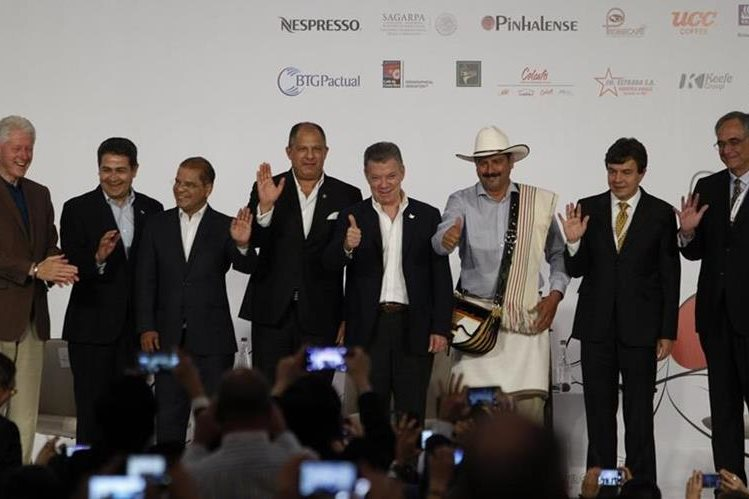 El ex presidente de Estados Unidos Bill Clinton y otros funcionarios durante el congreso cafetero en Colombia. (Foto Prensa Libre: EFE)