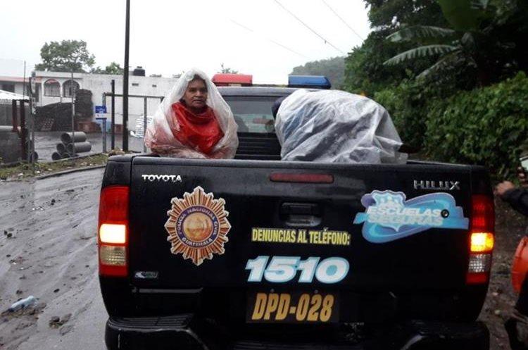 Varias personas fueron evacuadas en unidades de la PNC. (Foto Prensa Libre: Cortesía Conred)